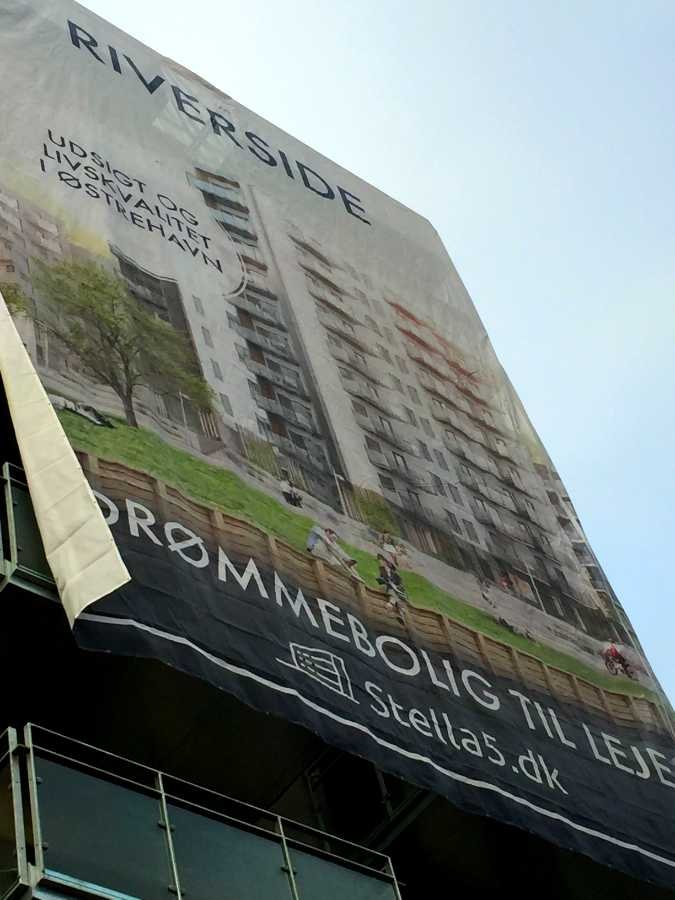 Riverside banner kigger op